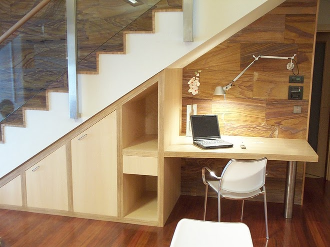 Pour les petits espaces : un bureau glissé sous l'escalier