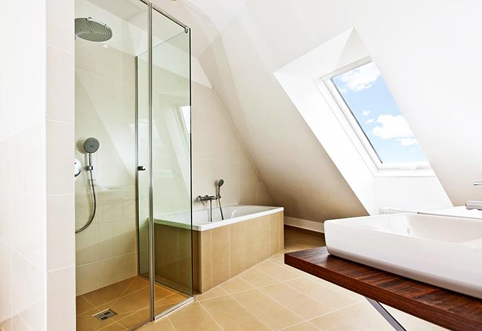 aménagement salle de bains - baignoire sous pente