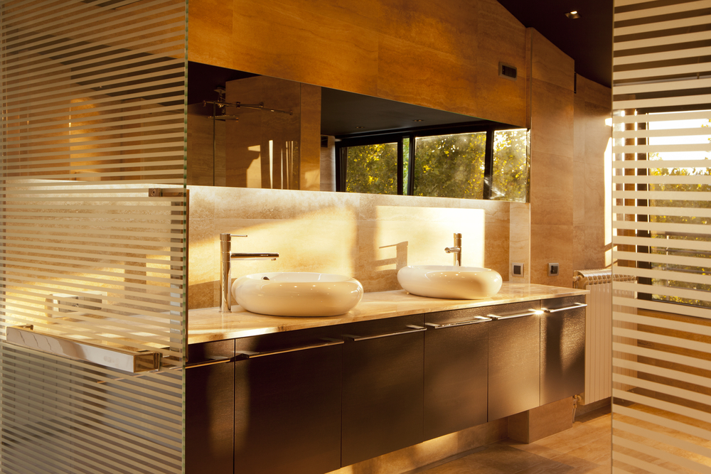 Idée meuble salle de bains tendances : colonne, vasque et miroir