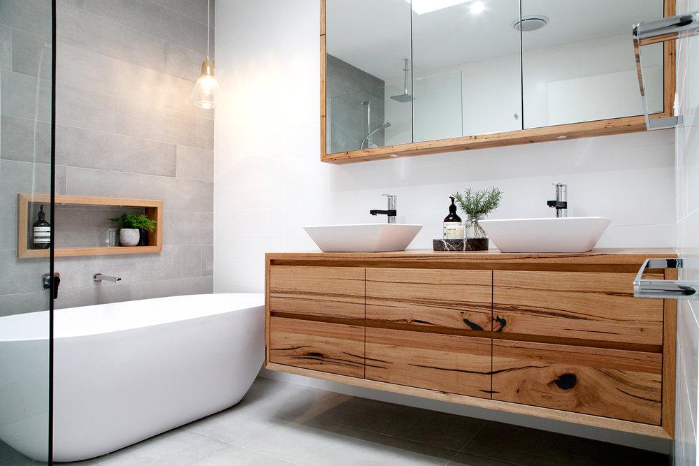 Aménagement grande salle de bains carrée familiale