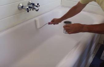 Rénover baignoire : application résine