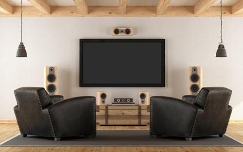 grand écran de télévision fixé au mur