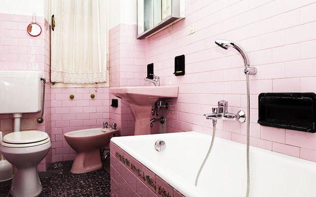 recouvrir faïence démodée salle de bains