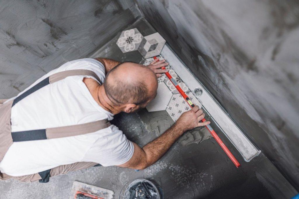 Artisan pose de carrelage en tomettes