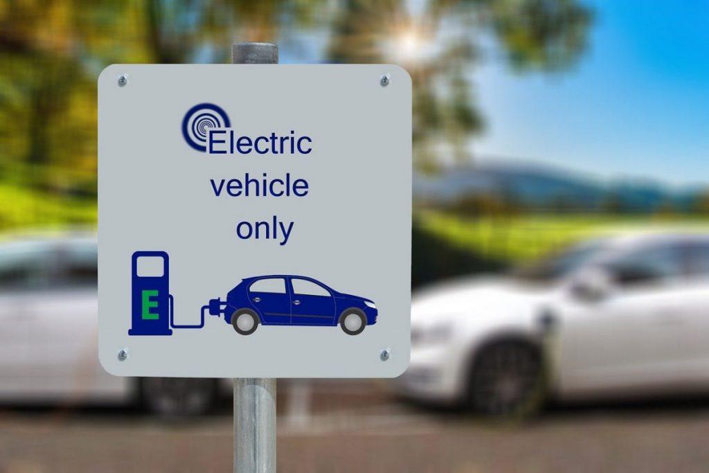 panneau-voiture-electrique-seulement