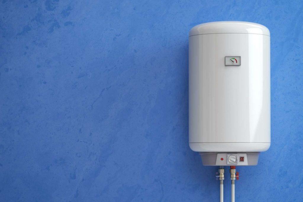 chauffe-eau sur un mur bleu