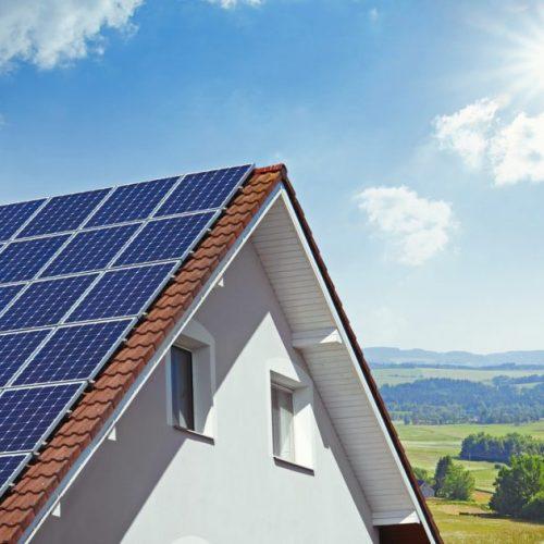 panneau solaire sur toiture de maison