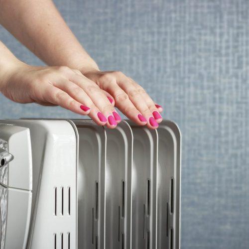 main femme réchauffer radiateur inertie