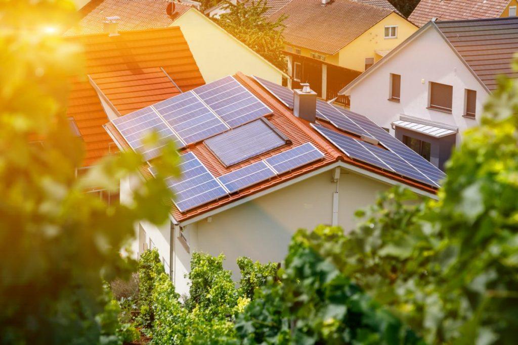 toiture panneau solaire vue en plongée