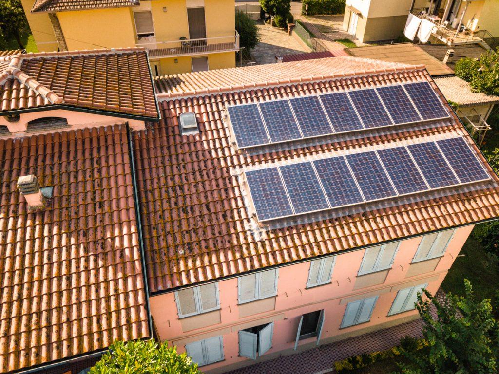 panneau solaire sur toit maison commune