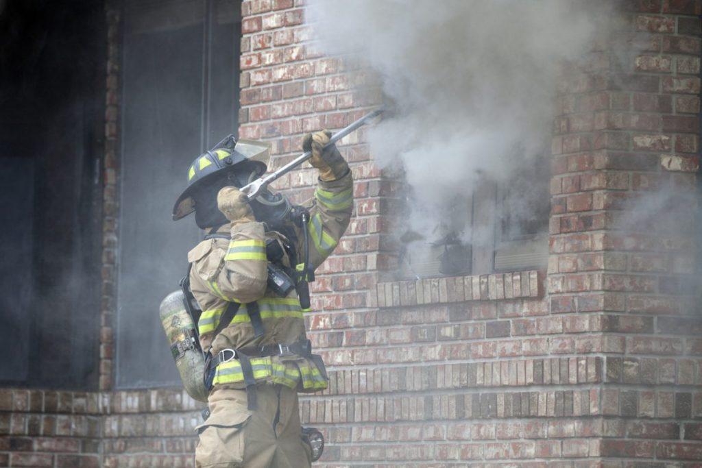 pompier-fenetre-feu-urgence