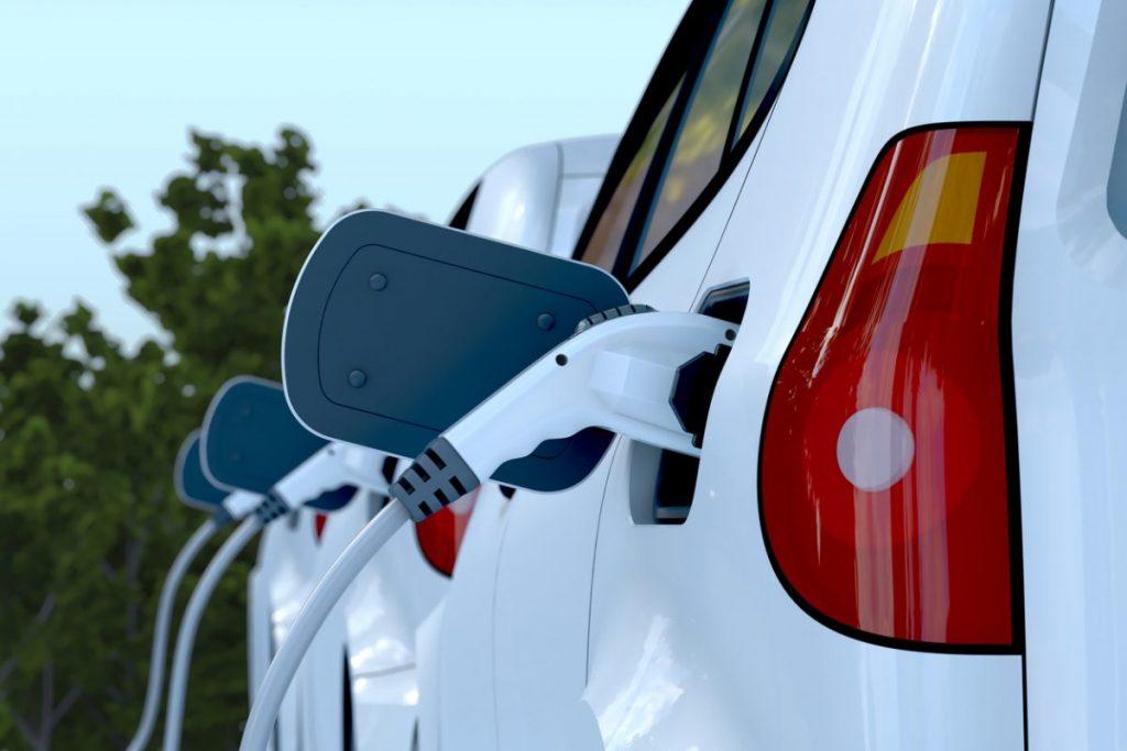 voiture-electrique-blanche-en-charge