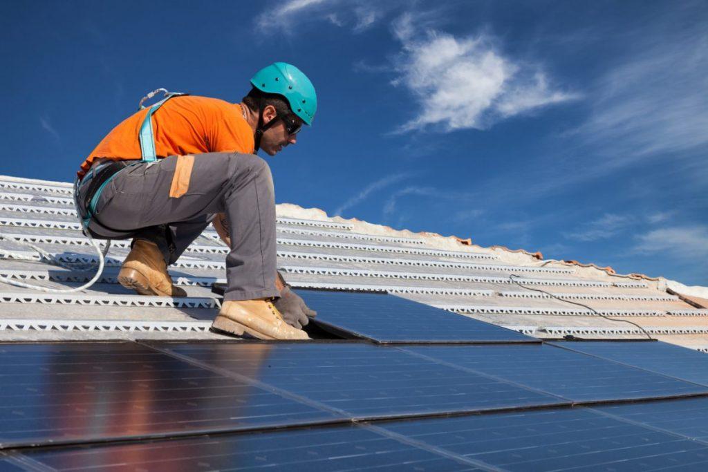 ouvrier installation panneau solaire