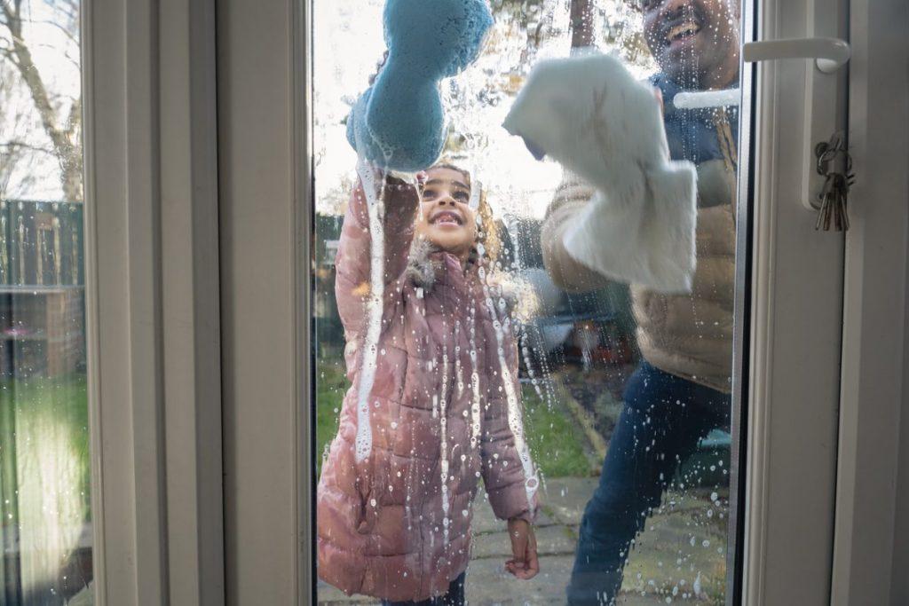 Un lavage de fenêtre en famille