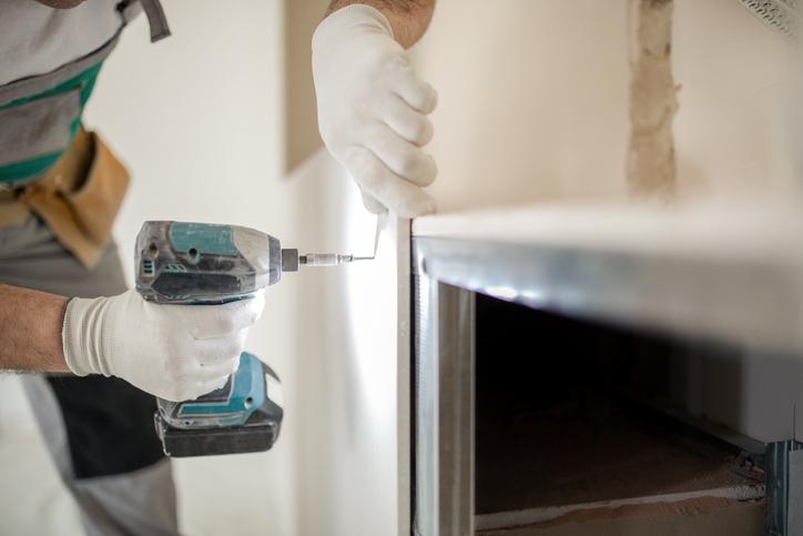 Fixation de la plaque de plâtre sur l'ossature métallique