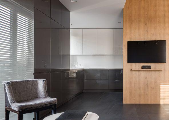 Un carrelage gris anthracite dans un salon moderne avec cuisine ouverte