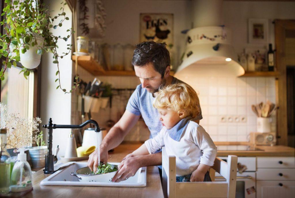 famille-en-cuisine-devant-le-robinet
