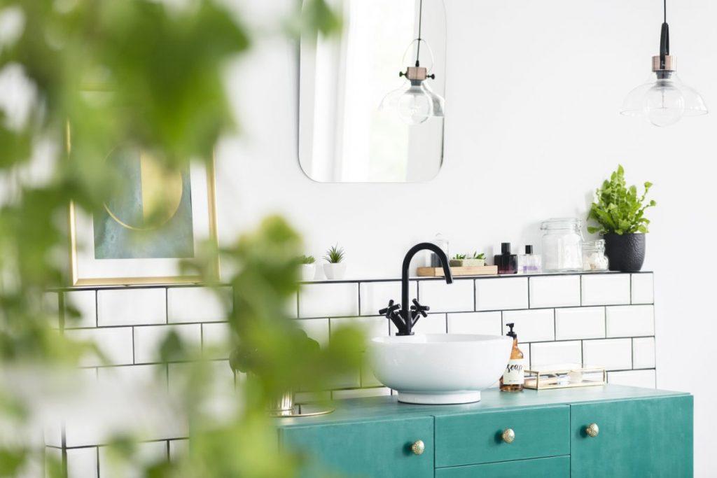 une-salle-de-bain-vintage-avec-plante-et-meuble-bleu