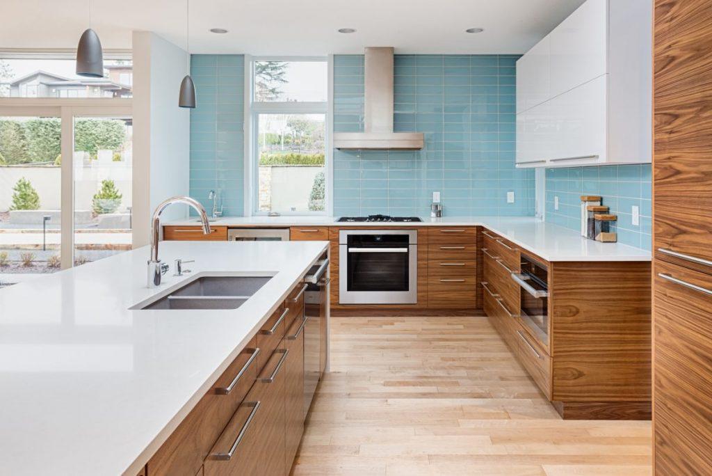cuisine ouverte bois mur bleu sol bois