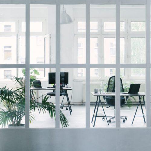 bureau-deco-blanche-avec-grande-verriere-atelier