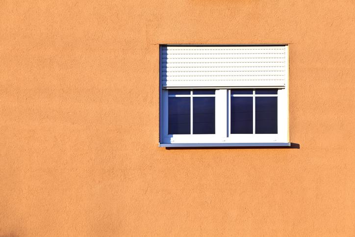 volet-roulant-blanc-façade-orange