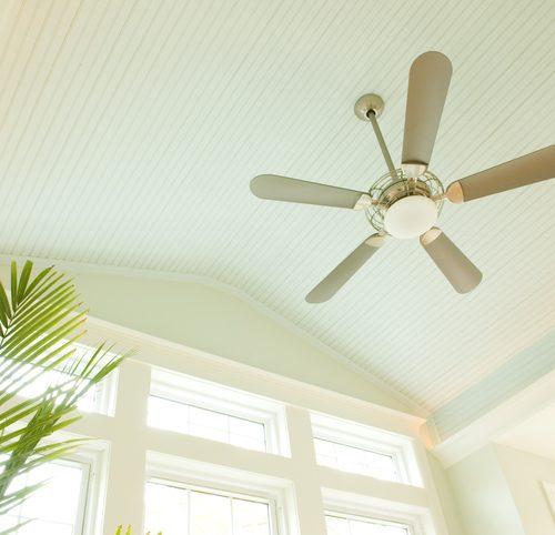 plafond blanc ventilateur