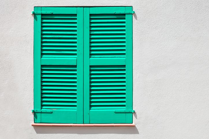 persienne-verte-façade-blanche