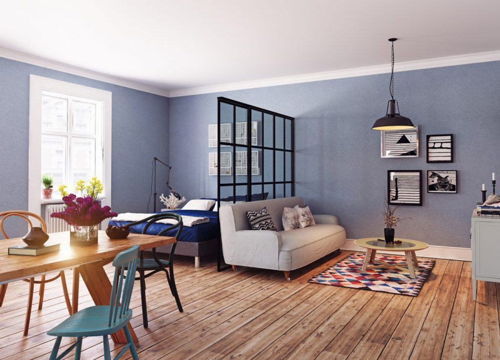grand-salon-avec-verriere-intérieure-et-mur-bleu
