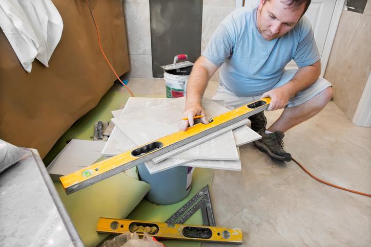 Il est nécessaire de bien déterminer l'emplacement du trait de coupe avant de couper le carrelage