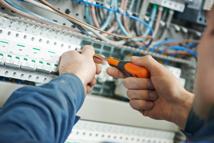 Un technicien intervenant sur un tableau électrique