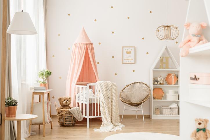 Du papier peint rose et or pour la chambre de bébé