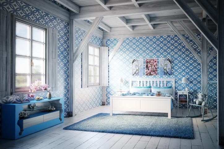 Un papier peint dans une chambre sur le thème du bleu