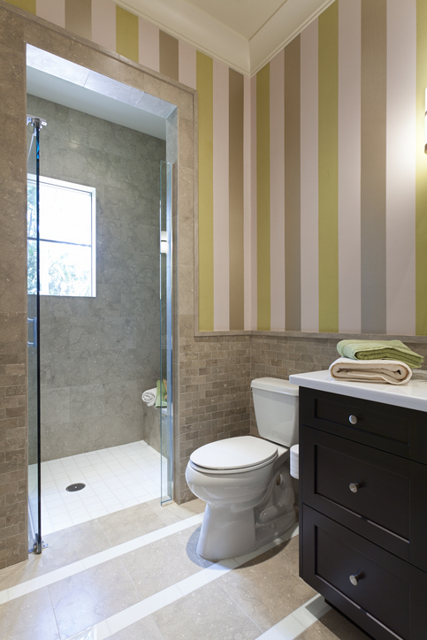 Du papier peint dans la salle de bains, c'est possible
