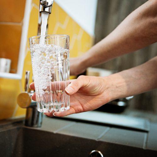 Se servir une eau plus douce grâce à un adoucisseur d'eau
