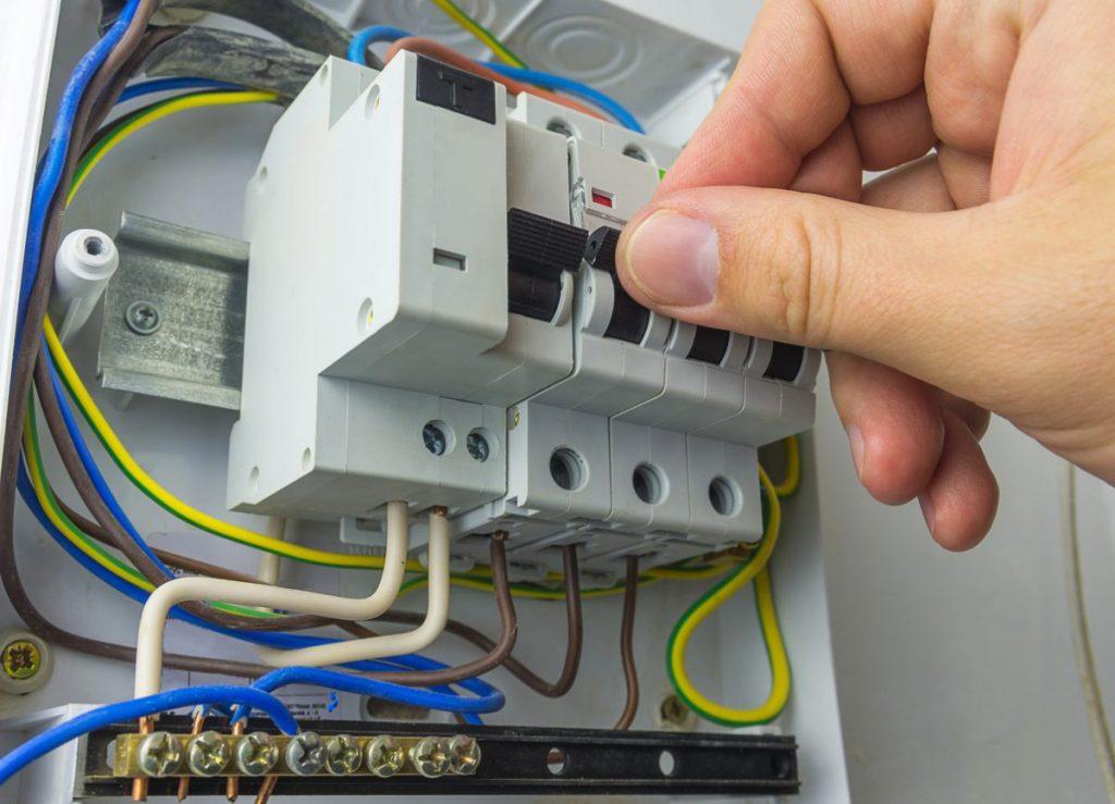 manipulation disjoncteur tableau electrique