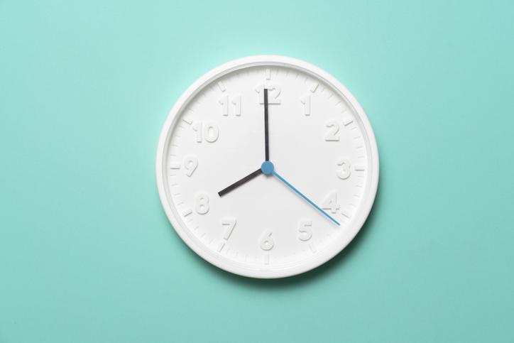 horloge-fond-bleu