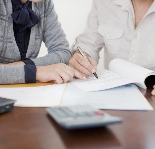deux-personnes-signent-papiers-administratifs