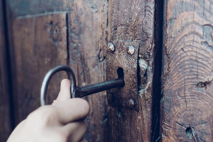 Une serrure ancienne qui s'ouvre avec une clé à chiffre