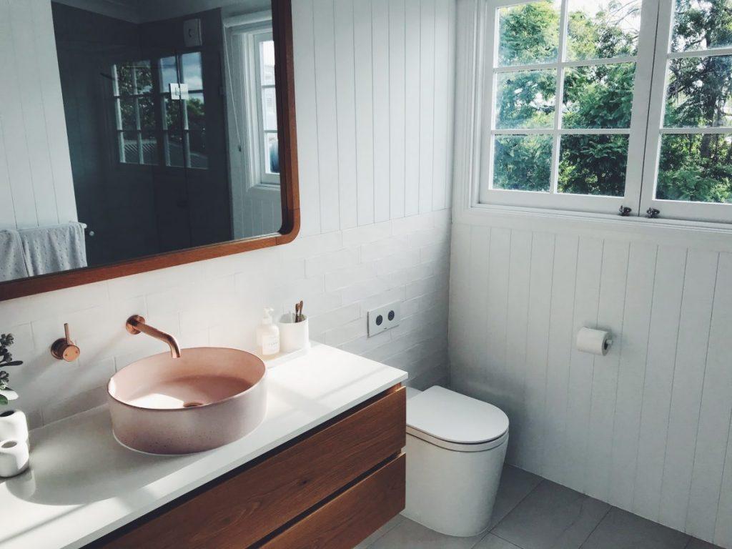 salle de bain avec wc et meuble vasque en bois
