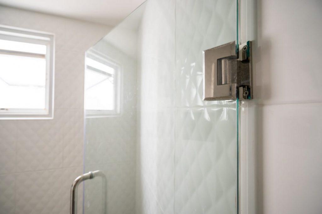 douche avec porte battante