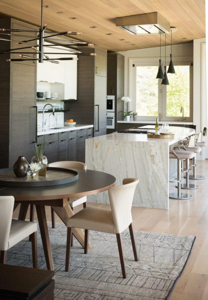 salle a manger avec cuisine ouverte et îlot central design