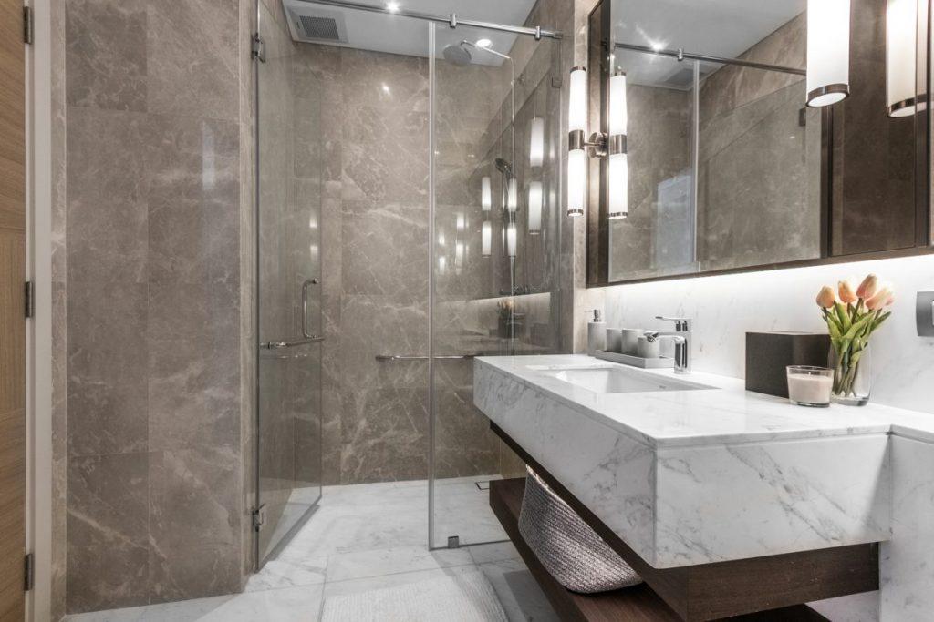salle de bain en marbre avec douche à l'italienne vitrée