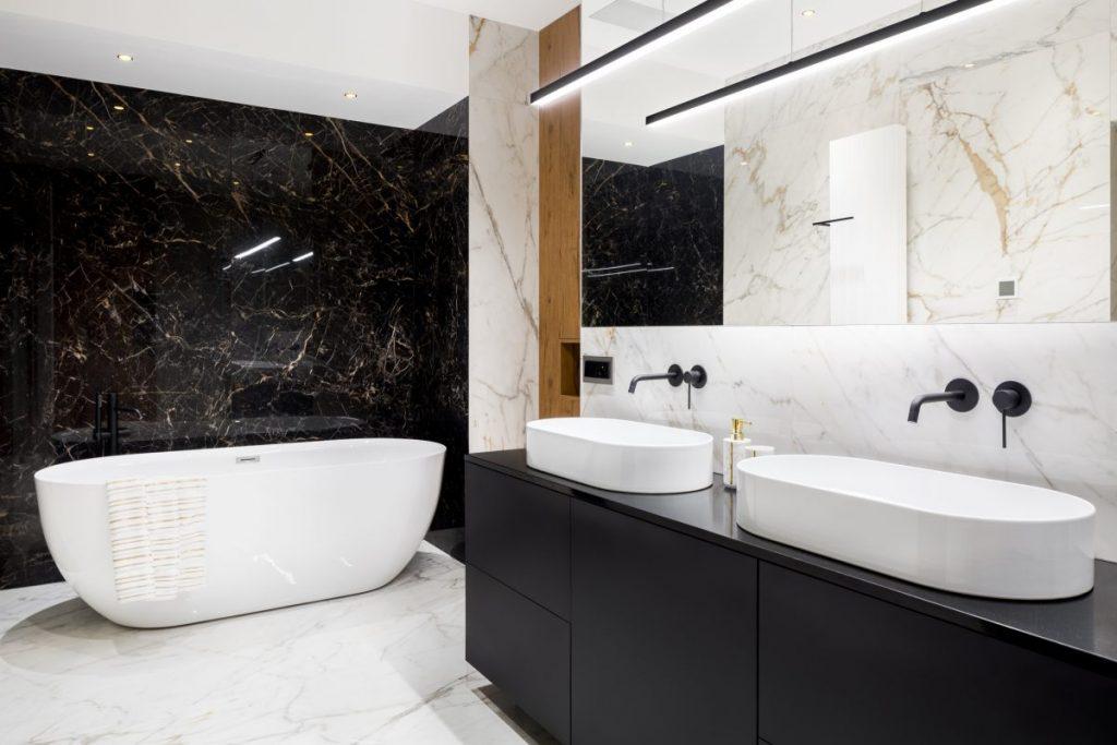 salle de bain en marbre avec double vasque et baignoire