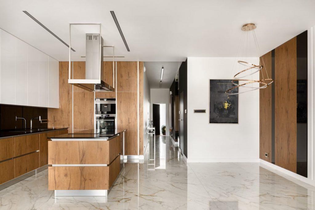 cuisine avec sol en carrelage marbre meuble bois et ilot central