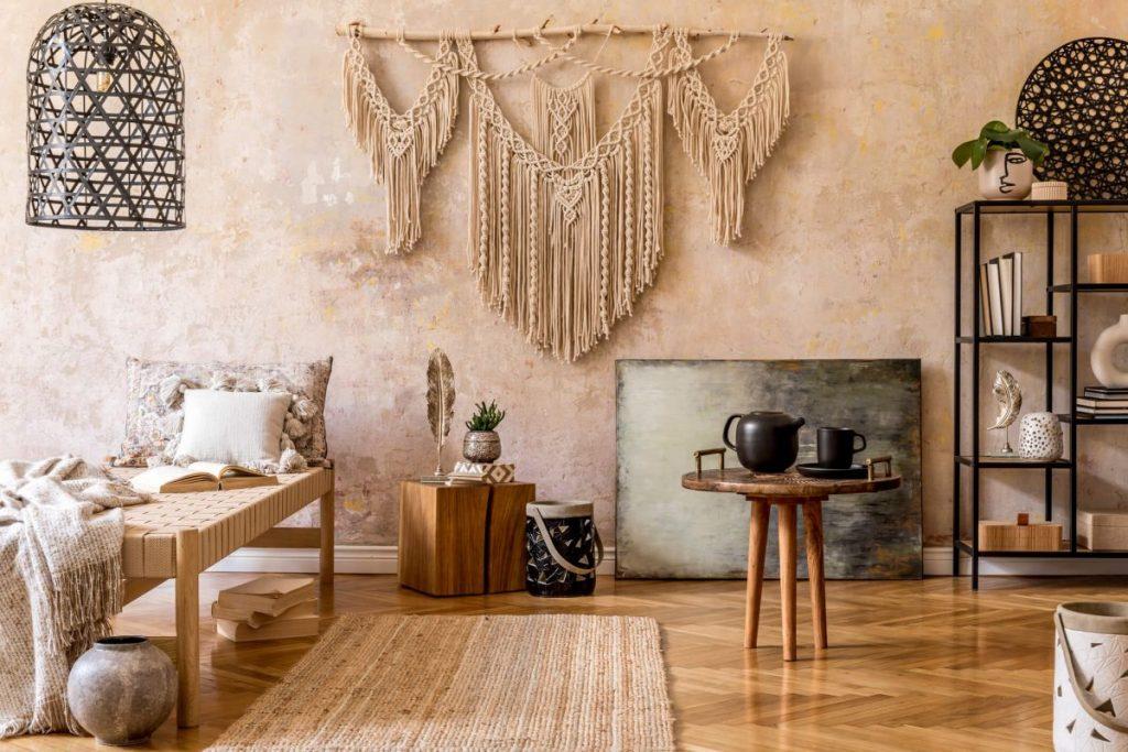 salon deco bohème avec mur beige et macramé mural