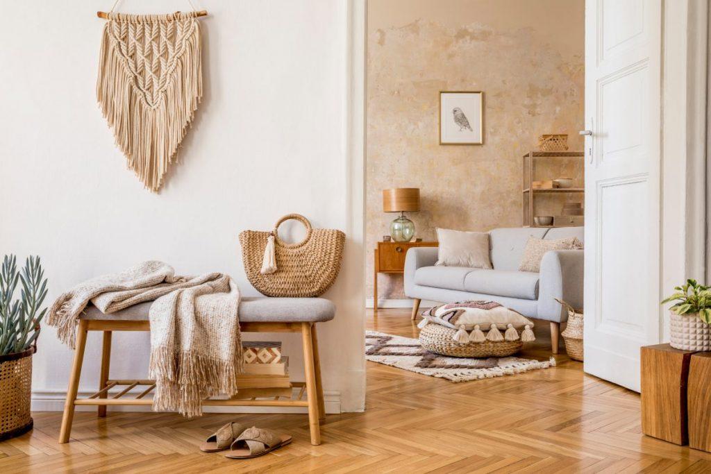 une entrée deco nature avec accès à un salon avec canapé gris clair