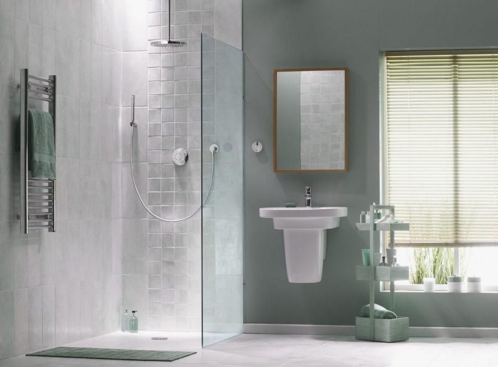 salle de bain avec paroi de douche douche à l'italienne en verre et déco céladon