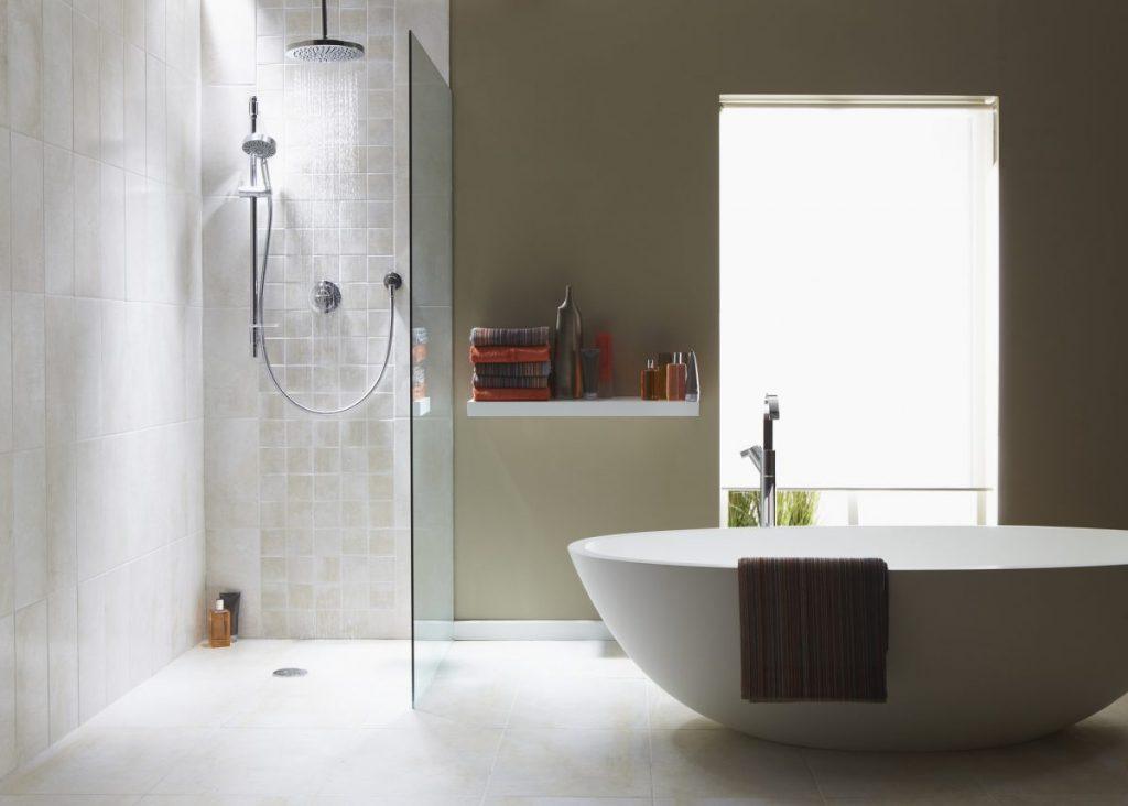 salle de bain avec baignoire et douche a l'italienne mur bleu carrelage blanc