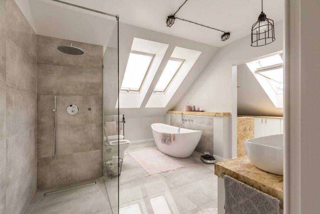 salle de bain moderne sous les toits avec douche à l'italienne et baignoire