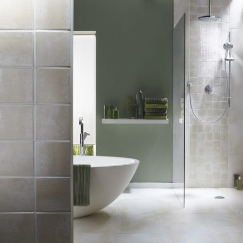 salle de bain verte avec paroi douche à l'italienne et baignoire